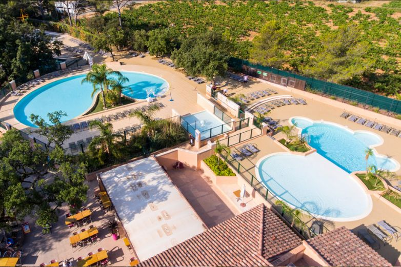 La Pascalinette est un camping situé dans le Var qui possède une piscine